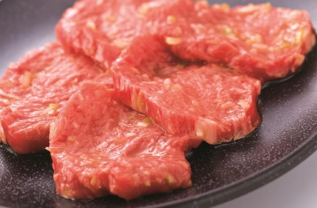 """画像: 上ロース タレ  各790円 希少部位の""""うわみすじ""""を使用。ミスジよりもサシが少なく赤身の旨みが濃厚で肉の風味が楽しめます。肩肉の中でも特にやわらかい部分を使用し、牛角特製だれを揉み込んだ逸品。"""