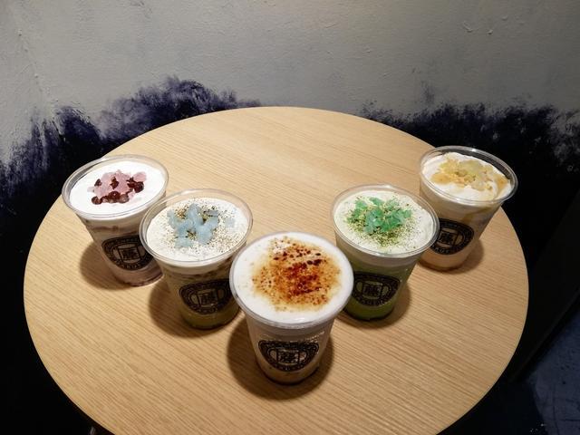 画像: (左から)あずきラテ、ほうじ茶ラテ、黒みつラテ、抹茶ラテ、はちみつきな粉ラテ ※全てプラス100円のトッピングをしています。