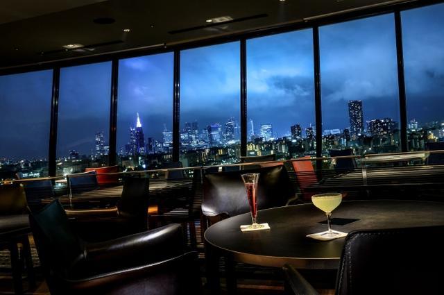 画像: ■SKY BAR 開業当時から変わらない圧倒的なパノラマ眺望を望む空間に、代々受け継がれてきた伝統のローストビーフや、職人が握る寿司、ニューヨークピッツァの名店・ROBERTA'S監修の「ニューヨークピッツァ」など最先端の食を愉しめるバー。毎週木曜日と金曜日の21:00~23:00には、DJイベントも開催いたします。