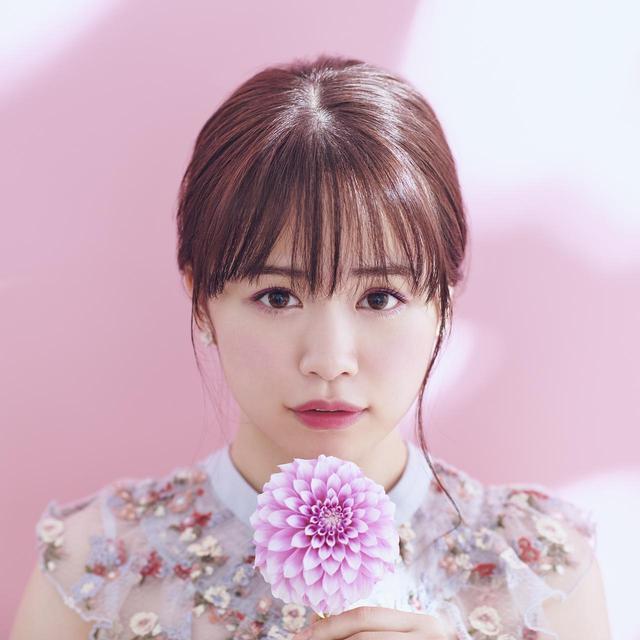 画像: ・Floral Eyes 好きな花をテーブルに添える 今日はダリアとお揃いのピンクと紫のグラデに決めた