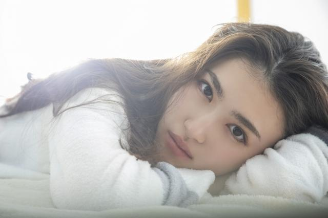 画像1: 注目の若手女優、ビューティーフェイスがトレードマークの17歳・長見玲亜のファースト写真集が発売!