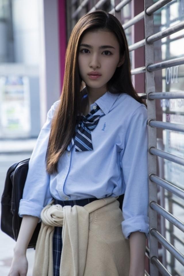 画像2: 注目の若手女優、ビューティーフェイスがトレードマークの17歳・長見玲亜のファースト写真集が発売!