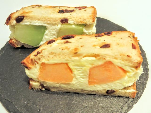 画像: 人気のフルーツサンドはメロンをビッグサイズにカット!甘さ控えめな生クリームとレーズンパンを使いました。