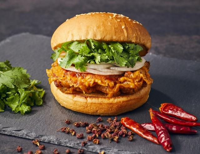 画像1: 旨いシビれる辛さ!フレッシュネスの「麻辣(マーラー)チキンバーガー」花椒(ホアジャオ)× 唐辛子