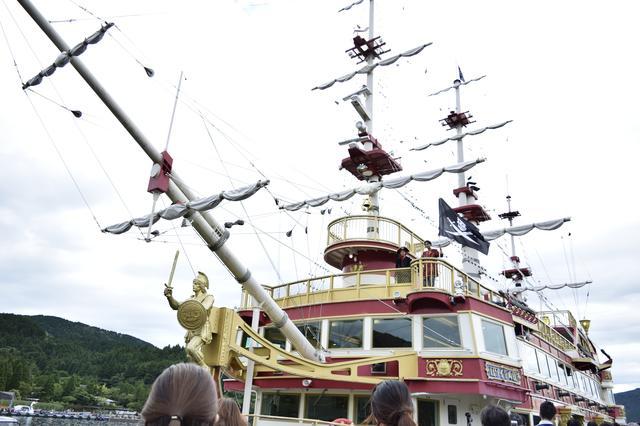 画像: デッキでは海賊船の乗組員がお出迎えしてくれるパフォーマンスが・・!