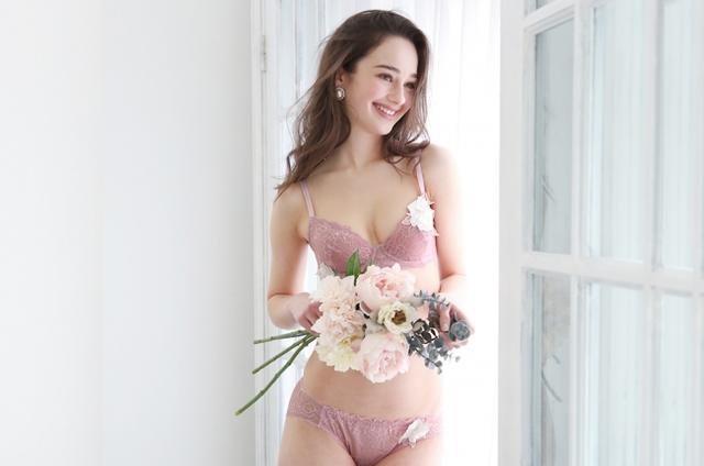 """画像1: パッドレスで盛らずに美胸。バスト本来の美しいシルエットを表現する """"ノンパテッドブラジャー""""『Bella Notte シアーモチーフ ブラセット』発売"""