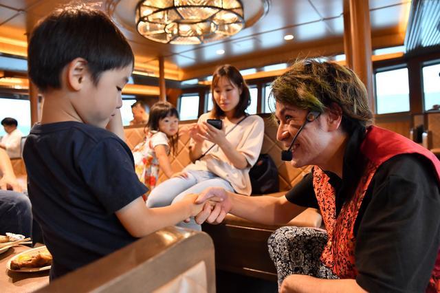 画像: 気分はまるで海賊に!?ド迫力の船上パフォーマンス