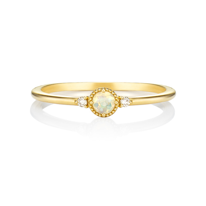 画像: 〈リング〉 K18イエローゴールド リング 価格:¥34,000+税 幅広タイプや大ぶりの石が付いたも のよりも、華奢(きゃしゃ)で涼し気 な印象のリングが、浴衣の手元に映 えます。小指のリングでワンポイントの 可愛さを添えてもおしゃれです。