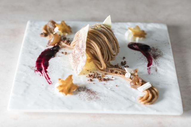 画像: メインディッシュはこちら。定番のモンブランの中に、ラム酒をきかせたバニラアイスクリームを直前に閉じ込めました。 グラン・デセール(メインデザート)モンブラン ア・ラ・ミニュイット