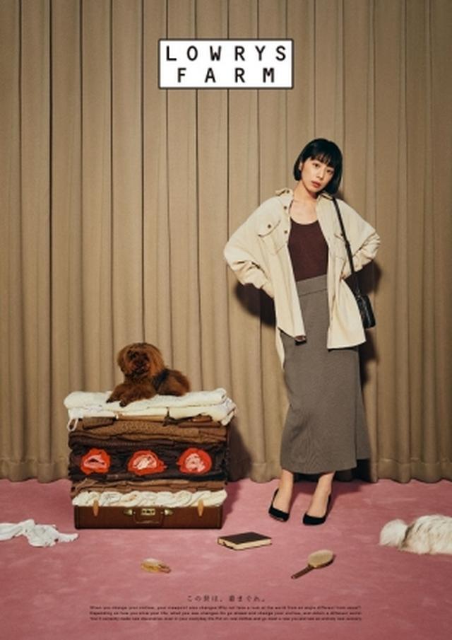 画像: 今季トレンドのブラウンをワントーンでコーディネート。 シャツ ¥4,900 タンクトップ ¥1,500 スカート ¥4,500 バッグ ¥4,000