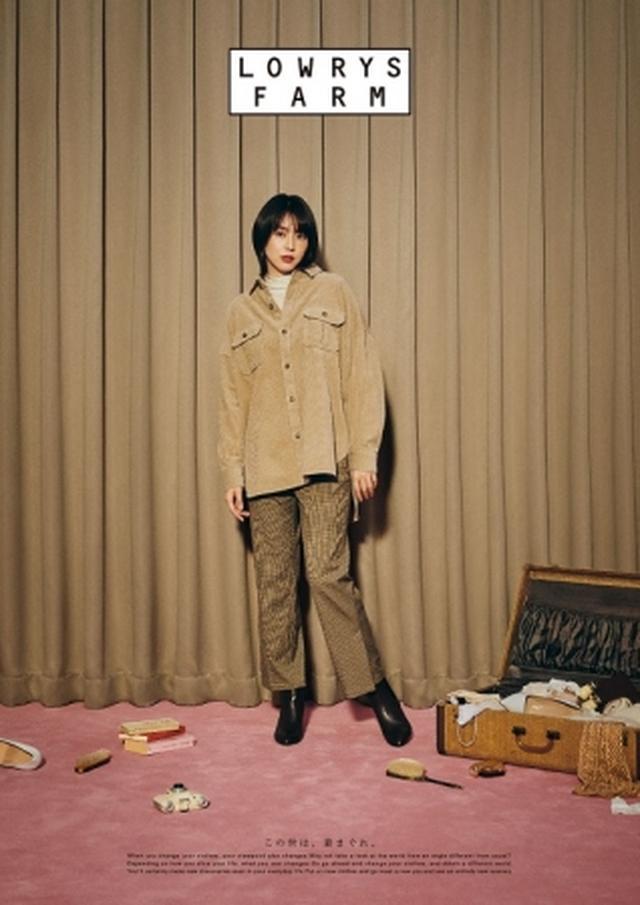 画像: 秋らしいコーデュロイ素材のCPOシャツとチェックパンツのコーディネート。 シャツ ¥4,900 タートルネック ¥2,500 パンツ ¥5,000 ブーツ ¥5,500 ※WEB限定公開