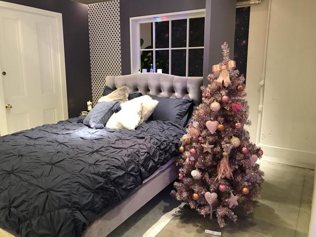 画像: クリスマスホログラムツリー ピンク 120cm¥10,000/150cm¥14,000/180cm¥18,000/ポット80cm¥5,000*オーナメント、ツリートップ、ツリースカートは別売りです。