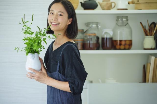 """画像: AYUMIさん プロフィール モデルとして活躍する一方、ローフードマイスター1級、スーパーフードマイスター・オーガニックアドバイザーなど、 """"食""""にまつわる資格を取得。レシピ本も出版するなど、活動の場を広げている。"""
