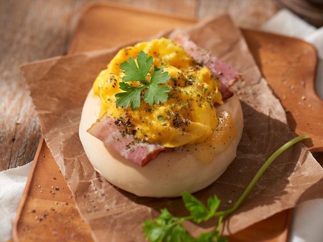 画像: 【池袋限定】ふわとろベーコンオム カリッと焼いたベーコンとチーズに、半熟に仕上げたふわふわの卵をたっぷりと乗せたベーグル。ふわモチなベーグルとの相性は抜群。 価格:各352円(税抜)