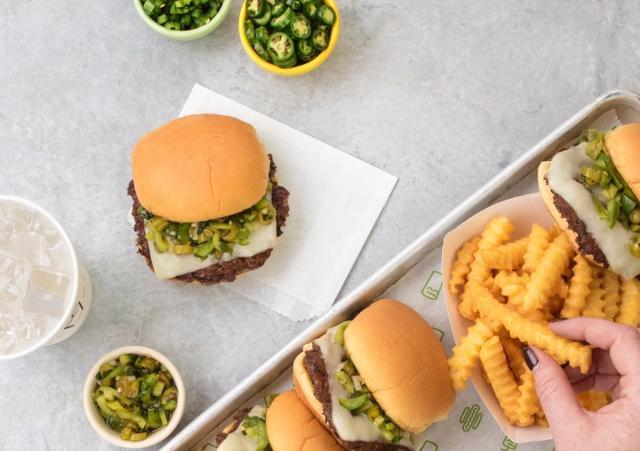 画像2: 【Shake Shack】ピリ辛と旨味を楽しむ「グリーンチリチェダーチーズバーガー」期間限定で発売!