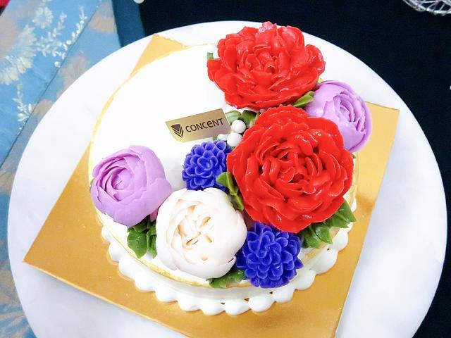 画像: CONCENT(パティスリー コンセント) フラワーケーキ(φ15cm・H11cm)価格:¥5,821円(税込) ※限定60個