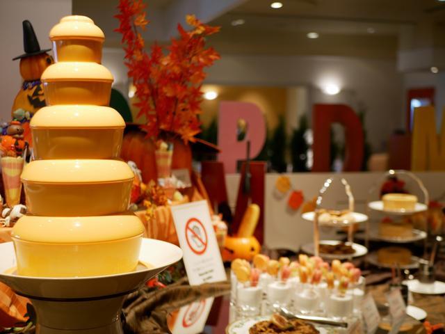 画像: チョコレートファウンテンもかぼちゃ色!