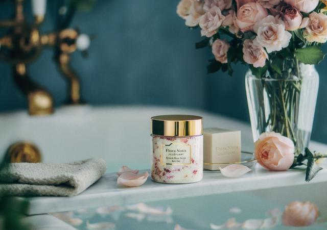 画像1: ローズの色香で癒すバスタイム…「Flora Notis JILL STUART」よりセンチフォリアローズの花びらが贅沢に入ったバスソルトを数量限定で発売!