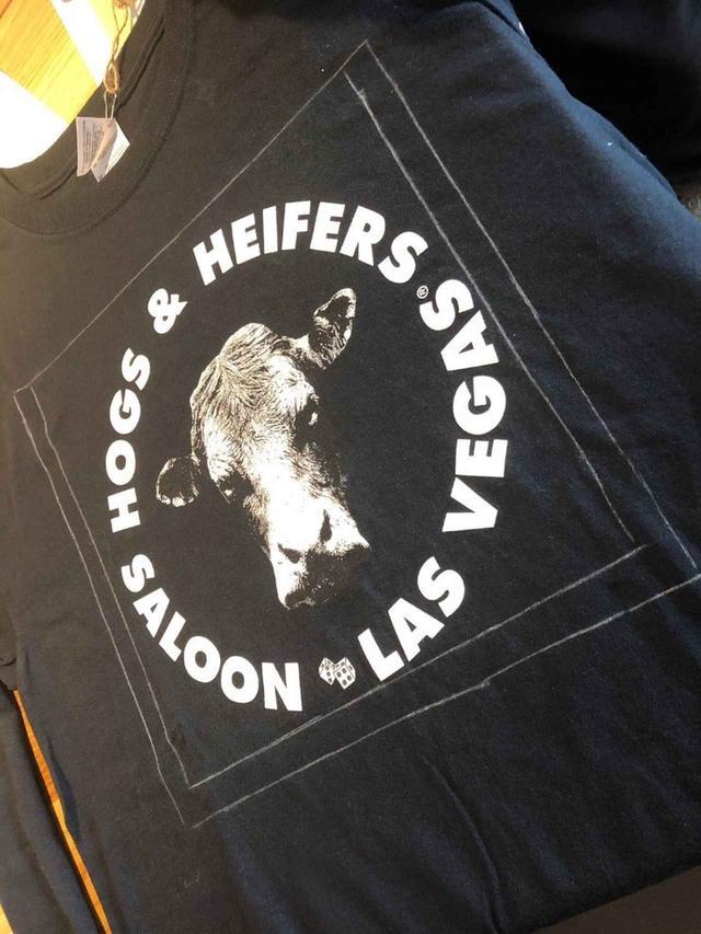 画像: さらにTシャツ、ジーンズの表にチャコペンで小さな型紙の枠をなぞります