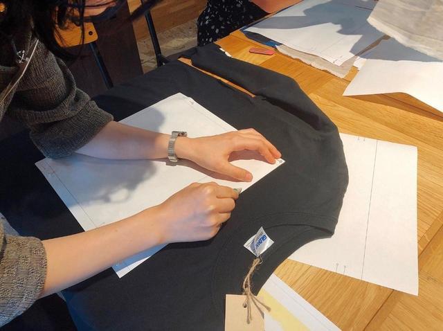 画像: Tシャツ、ジーンズの表側に、チャコペンで大きい型紙の枠をなぞります。