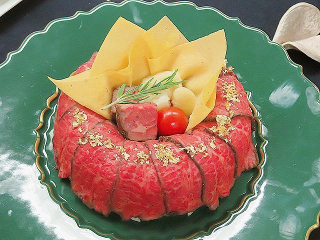 画像: 【黒毛和牛のローストリース】浅草今半 黒毛和牛のすき焼きを包んだ酢飯の上にローストビーフがたっぷり。肉好きにはたまらない豪華な一品です。