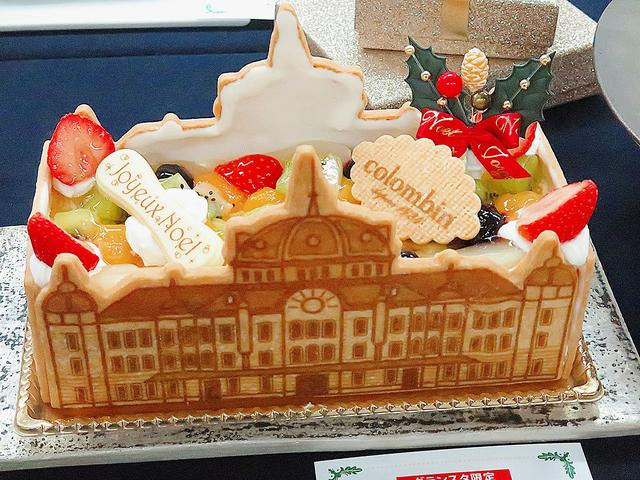 画像: 【グランスタ東京駅舎ノエル】コロンバン 東京駅舎がサブレにプリントされたノエルです。フルーツがたくさんトッピングされた華やかなケーキです。その下にはカスタードのムースリーヌとアーモンドプードルベースのスポンジが入っています。