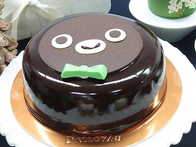画像: 【Suicaのペンギンアーシテクスチュール】ダロワイヨ Suicaのペンギンの顔なチョコレートケーキです。かわいらしいケーキにはワッフル生地が使われ、中にはホイップクリームと黄桃が入っています。