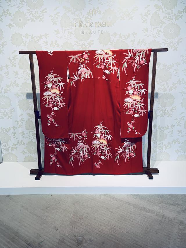 画像: 今回のコレクションのために制作されたクレ・ド・ポーボーテ オリジナルの着物 京都 摺型友禅