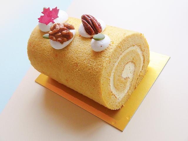 画像: 【栗かぼちゃのメープル米粉ロール】Lady Bear ほっこりあまい新潟県産栗かぼちゃのロールケーキです。米粉を使っているので、もっちりしっとりとしています。白砂糖不使用&グルテンフリーです。