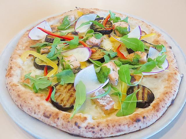 画像: 【庄内秋鮭のコンフィと庄内野菜のピッツア】800° DEGREES NEAPOLITAN PIZZERIA 秋鮭と砂丘なすなどの庄内野菜がたっぷりのった限定ピッツァです。店内で焼き立てを食べてくださいね。