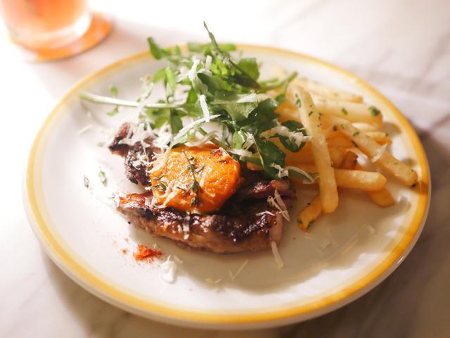 画像: リブアイステーキ - ローストトマトバター、フレンチフライとクレソンのサラダ添え
