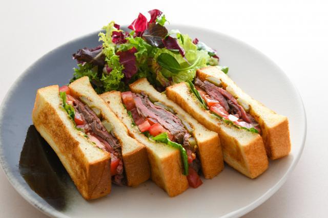 画像: ローストビーフサンドイッチ (果実のスープ付) 価格:2,420円(税込)