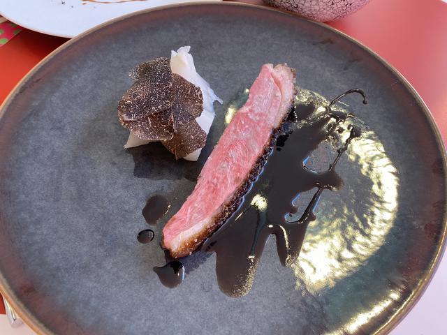 画像: ビュルゴー鴨のロースト Mieleのオーブンでしっかりと焼かれた鴨肉は焼き目が香ばしく、塩釜焼きのカブの瑞々しさとの組み合わせが絶品でした。