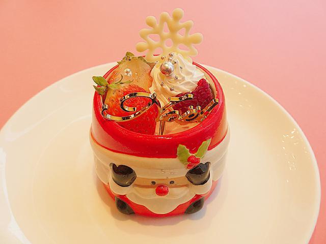 画像: ベリーベリー【X'masストベリーレアチーズ】 かわいいサンタのマグカップに、スポンジケーキとレアチーズ!苺とホワイトチョコで飾られた甘酸っぱいスイーツです。