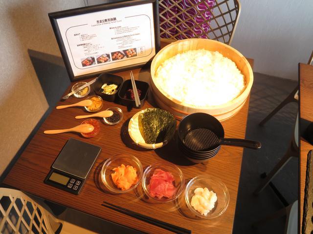 画像: 好きな具材を選んでオリジナルの手まり寿司を作ることができます。 ウニやキャビア、金箔を使った高級タイプ(6500円)と通常タイプ(4500円)、手まり寿司の作り方だけでなく、お寿司の歴史や浅草についても学ぶことができるのも嬉しいですね。