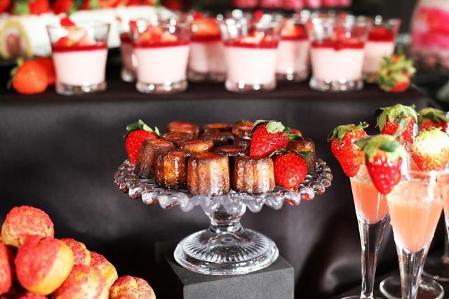 画像: 【苺のカヌレ】 苺のお酒をきかせた大人のお菓子。くぼみに入れた苺ソースがアクセント。