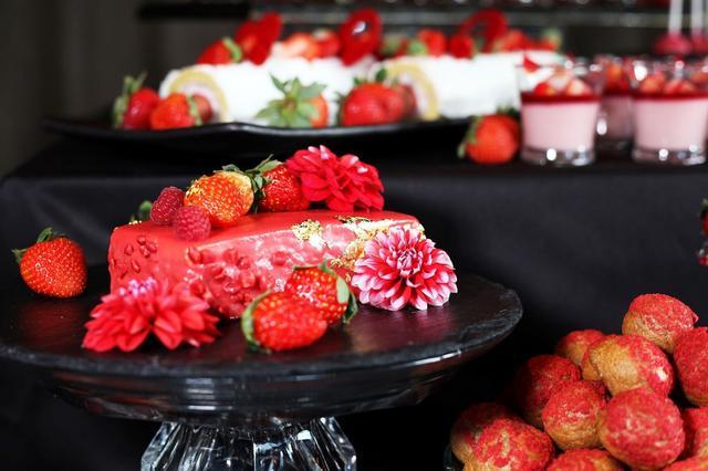 画像: 【苺のオペラ】 今季おすすめ!甘酸っぱい苺シロップでたっぷり纏わせた気品溢れる濃厚なケーキ。