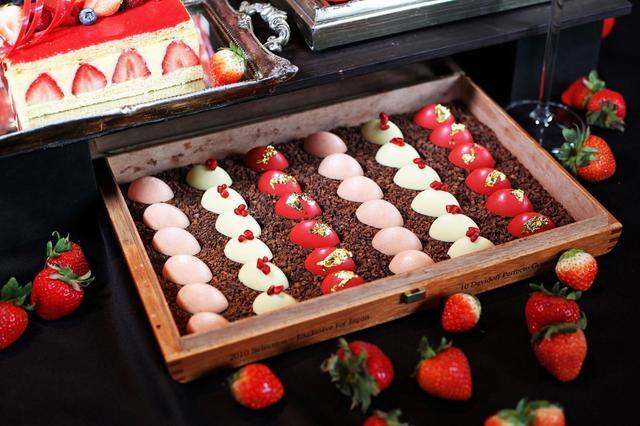画像: 【苺のショコラ】 苺ソースを詰めたかわいいチョコレート。思わず全色食べちゃう可愛さと甘さ。