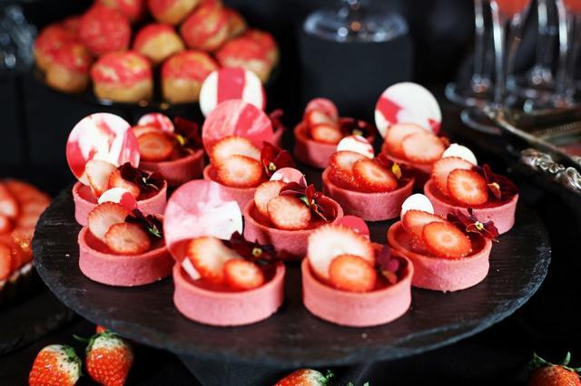 画像: 【苺のチョコタルト】 苺風味の生地に真っ赤なグラサージュを流したチョコタルト。華やかな見た目が目を引く一品。