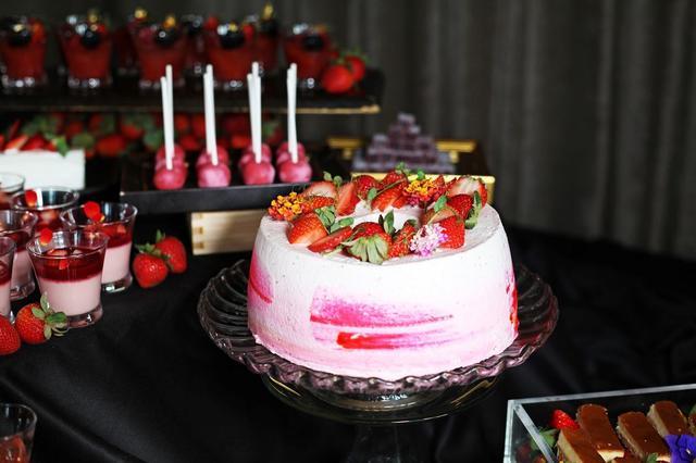 画像: 【苺のシフォンケーキ】 苺パウダーを練りこみ、ふわふわに焼き上げたシフォンケーキ。