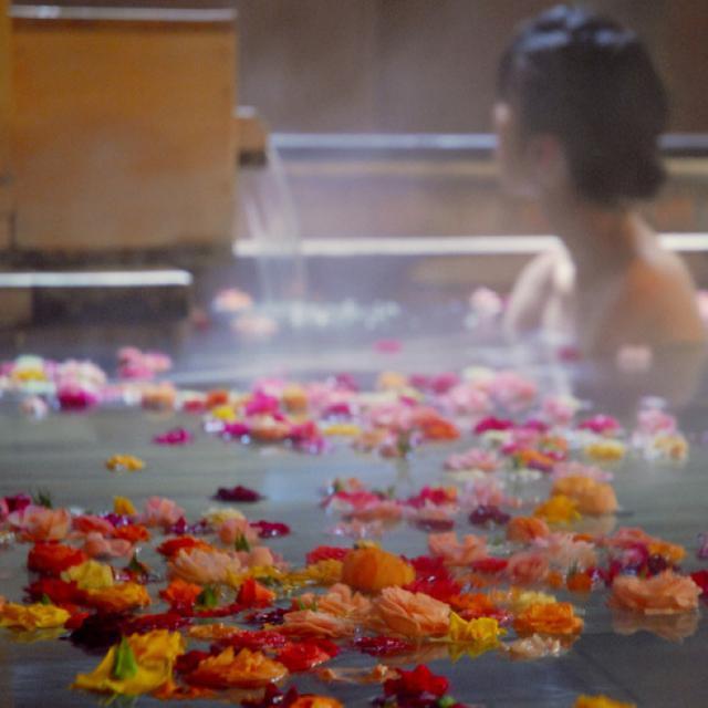 画像: 道後温泉 オールドイングランド 道後山の手ホテルの「バラ風呂」