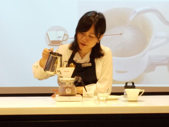 画像: おいしいコーヒーの淹れ方実演~村田果穂さん
