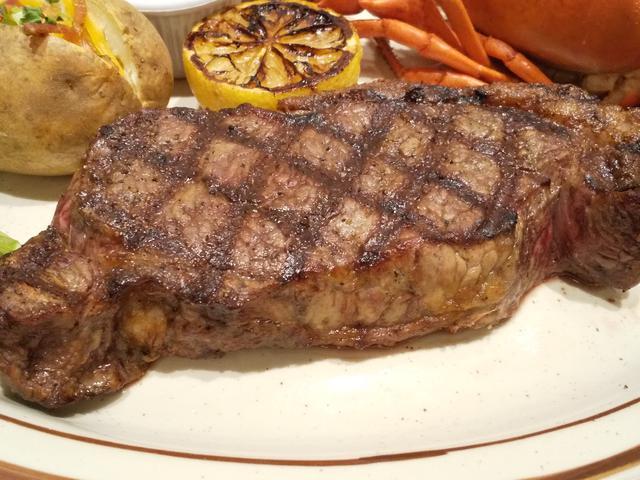 画像: Certified Angus Beef   ニューヨークカットステーキ 1ポンド ニューヨークカットとは1ポンド(約 450g)にカットした厚切りステーキのこと でアメリカでは定番のご馳走です。高品質なCAB  サーロインのジューシー な旨みとバランスのとれた赤身の美味しさが味わえます。 サラダバー1名様分付 5,980 円(税別) サラダバー2名様分付 7,480 円(税別)