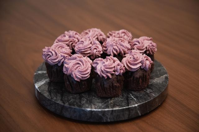 画像: ダークチェリーのカップケーキ(1 個):400 円 カカオのケーキの中に、ダークチェリーのコンポートを詰め、バタークリームをトッピング。しっとりした食感で、甘さ控えめな大人のカップケーキです。