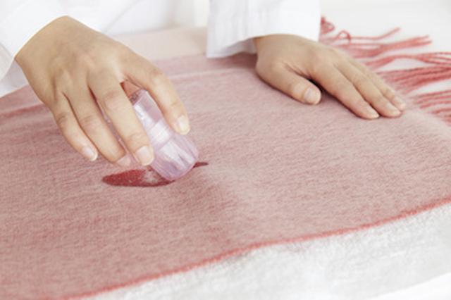 画像: ②汚れが気になる部分には「おしゃれ着用洗剤 (アクロン)」の原液を直接つけてなじませておく