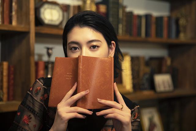 画像: セブンネット読書女子 INTERVIEW15 女優 三吉 彩花さん|セブンネットショッピング|オムニ7