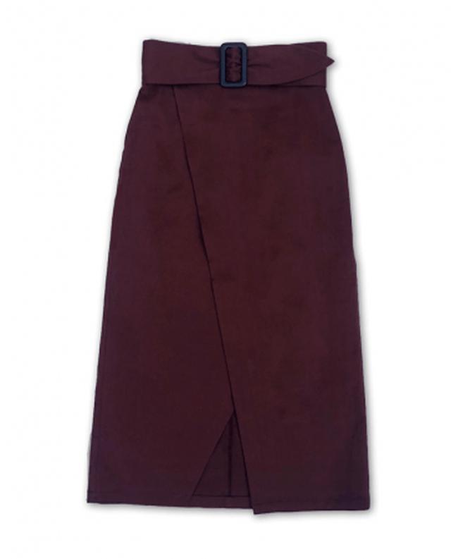 画像: 美脚ラップ風スカート ¥13200(税込) 腰回りの立体裁断とストレッチ素材で、タイトでありながら着心地は驚くほど楽なスカート。美脚に見せつつ、歩いても膝が見えない絶妙なスリットが上品な一枚。