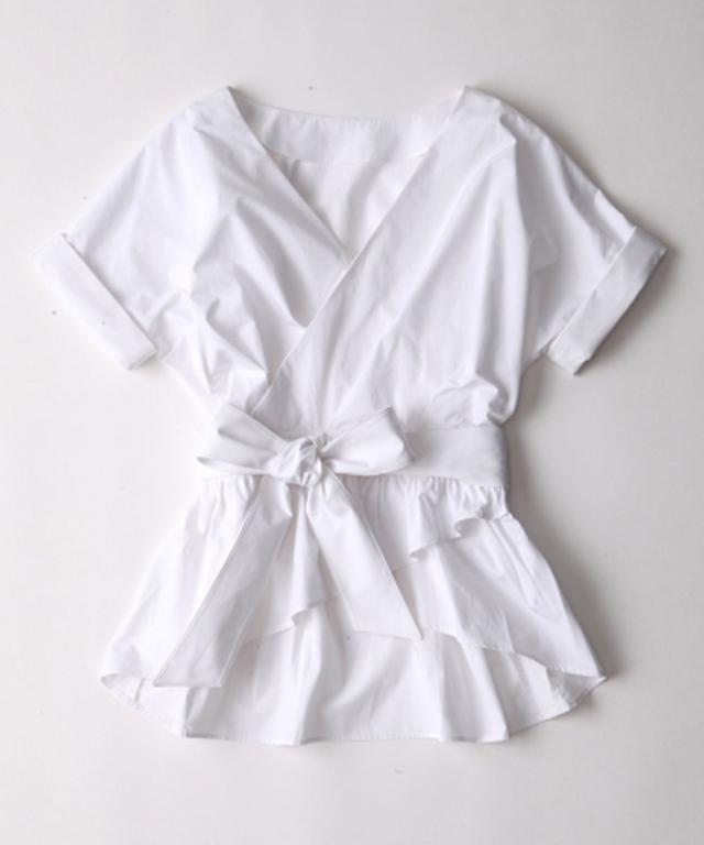 画像: 美鎖骨カシュクールブラウス ¥11000(税込) 二の腕を華奢に見せる袖、鎖骨をキレイに見せる衿あき、ウエストを細く見せる絞りなど女性の体を美しく見せることにこだわったデザイン。