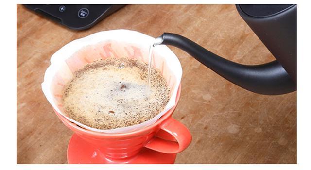 画像: ・注ぎやすく、使いやすい 先端部分が細くなっているので、コーヒーのドリップでも細く途切れず注ぐことができます。もちろん、急須やコーヒーカップなどにも注ぎやすい形状です。
