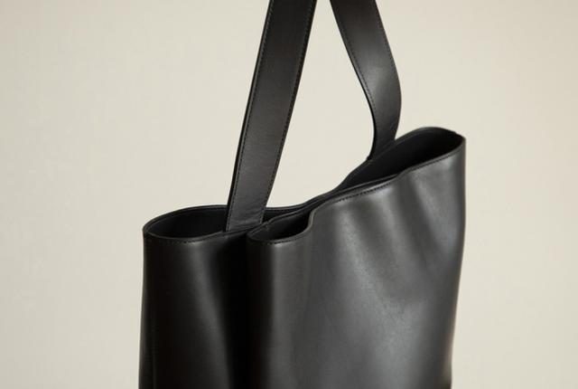 画像: ▲デザインポイントのタックポケット。 マグネット留めなので、小物の収納も安心。